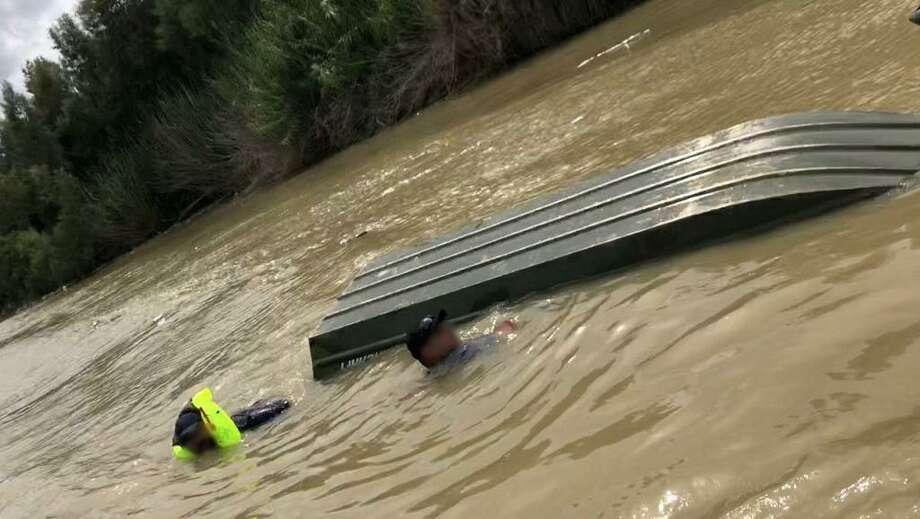 Dos hombres fueron rescatados de las aguas del Río Grande por agentes de la Patrulla Fronteriza, cuando su bote se volcó el lunes 7 de septiembre de 2020. Photo: Foto De Cortesía /CBP