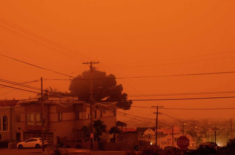 The orange sky above the Sunset District in San Francisco around 9 am on Sept. 9, 2020. Photo: Alexander Nguyen