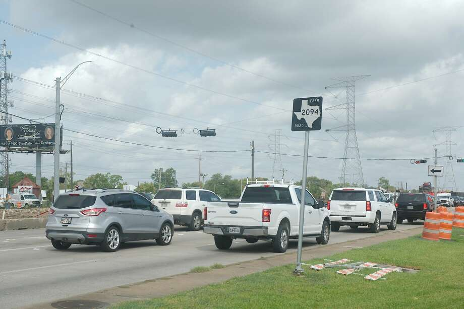 Northbound Texas 146 traffic backs up at the intersection of FM 2094 in Kemah.  FM 2094 near the intersection will be closed weekdays from Sept. 14 through Oct. 16. Photo: Kirk Sides/Staff Photographer / © 2020 Houston Chronicle/Kirk Sides
