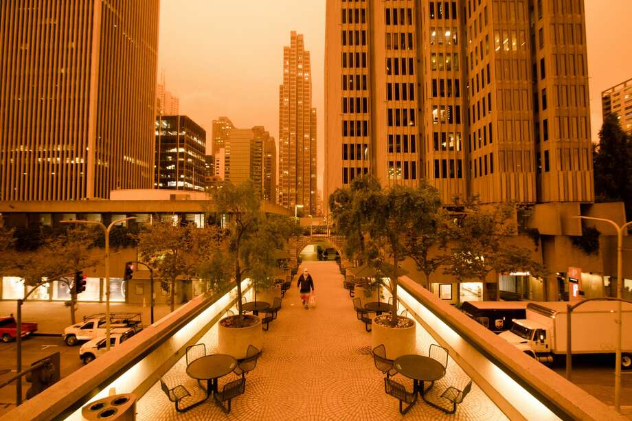Smoke from wildfires in California and Oregon spread over San Francisco and the Embarcadero Center on Sept. 9, 2020 darkening the skies to an orange hue. Photo: Douglas Zimmerman/SFGATE / SFGATE