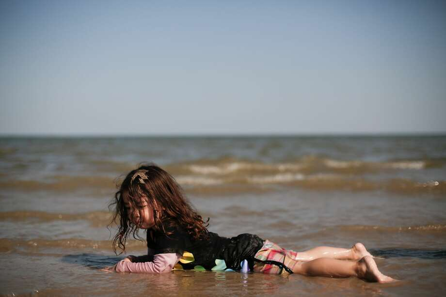 Valerie Diaz, 3, checks out the sand. Photo: Elizabeth Conley/Staff Photographer / © 2020 Houston Chronicle