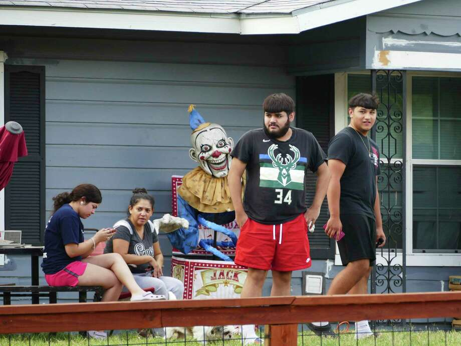 People watch from their yard as investigators work the scene where police, while executing a warrant, shot and killed a man in the 100 block of Willee Drive on Tuesday, Sept. 15, 2020. A family friend identified the man as Darrell Zemault Sr. Photo: Billy Calzada /Staff Photographer / `