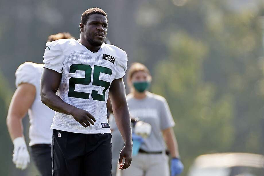 New York Jets running back Frank Gore (25) stretches during a practice at the NFL football team's training camp in Florham Park, N.J., Tuesday, Aug. 25, 2020. (AP Photo/Adam Hunger) Photo: Adam Hunger / Associated Press