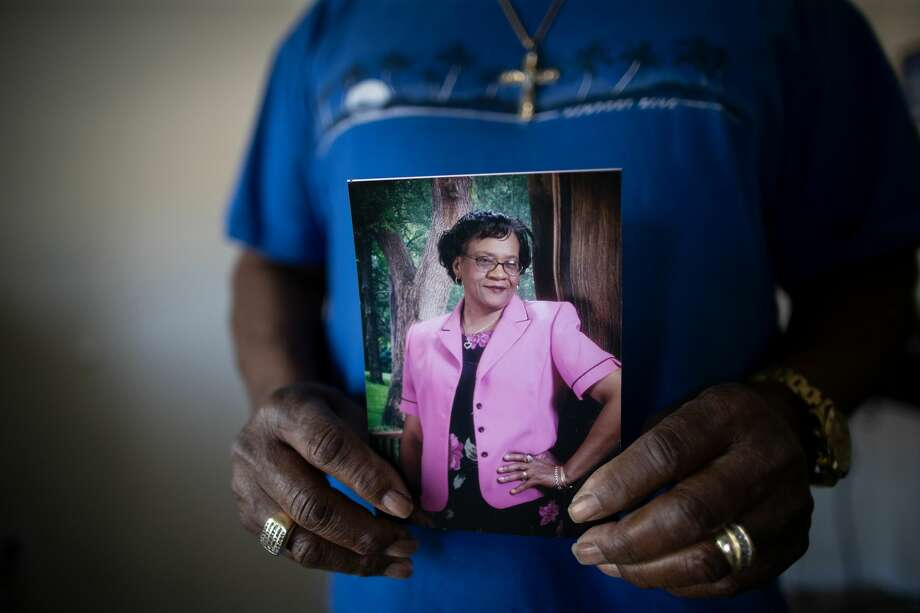 Deacon L.C. Killings holds a photograph of his wife, Hazel Killings, at his home on June 16, in Pearland. Hazel died of COVID-19. Photo: Marie D. De Jesús/Staff Photographer / © 2020 Houston Chronicle