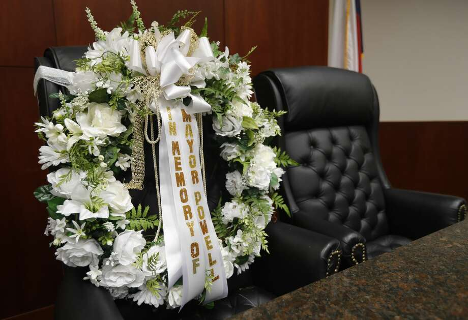 A wreath is seen in memory of Conroe Mayor Toby Powell rests at his seat in the Conroe City Council chamber at Conroe Tower, Thursday, Sept. 17, 2020, in Conroe. Powell, 79, a 1959 graduate of Conroe High School, died Saturday following a lengthy battle with cancer. The public is invited to watch a procession around downtown Conroe in honor of the late mayor Friday, Sept. 18, at 10:00 a.m. Photo: Jason Fochtman/Staff Photographer / 2020 ? Houston Chronicle