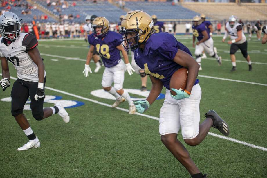 Midland High's Darryl Goodley runs the ball down the field Friday, Sept. 16, 2020 at Grande Communications Stadium. Jacy Lewis/Reporter-Telegram Photo: Jacy Lewis/Reporter-Telegram / MRT