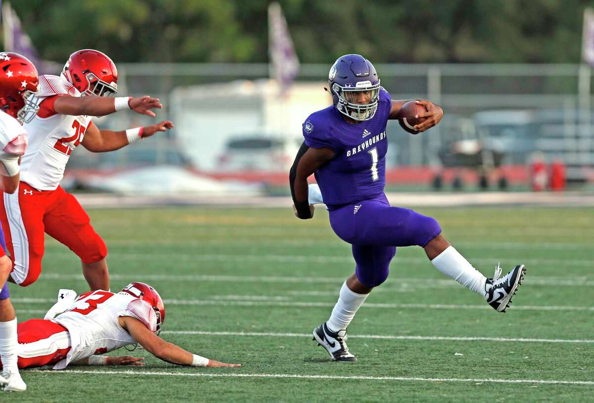 Boerne QB Rashawn Galloway scrambles for yardage in first quarter. Sweetwater at Boerne on Friday, September 18, 2020. Halftime score is Boerne 21-Sweetwater 20.