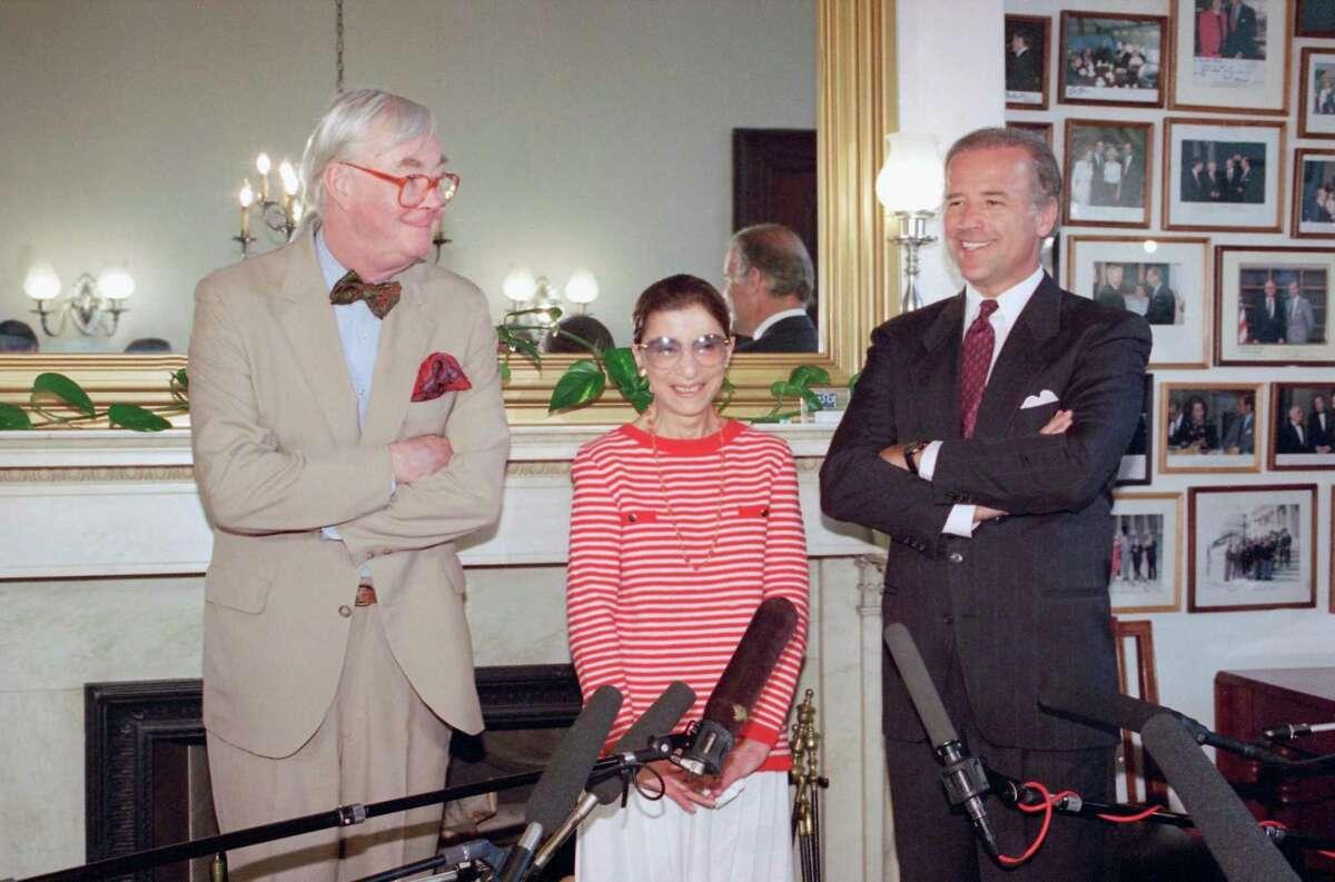 ARCHIVO - En esta fotografía de archivo del 15 de junio de 1993, la jueza Ruth Bader Ginsburg, al centro, posa con los senadores demócratas Daniel Patrick Moynihan, de Nueva York, a la izquierda, y Joe Biden, de Delaware, presidente de la Comisión de Asuntos Jurídicos del Senado, en el Capitolio, en Washington.
