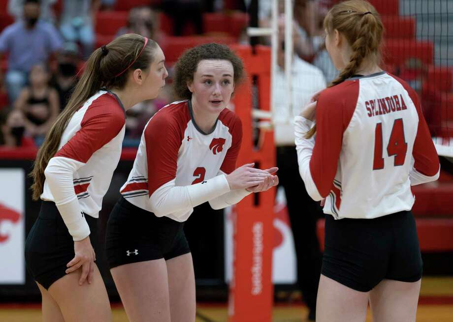 Shown here in a match earlier this month, Splendora setter Falton Buford (2), middle blocker Jalynn Knight (14) and Melaney Owens (5) all played key roles in defeating Conroe Saturday morning. Photo: Gustavo Huerta, Houston Chronicle / Staff Photographer / 2020 © Houston Chronicle