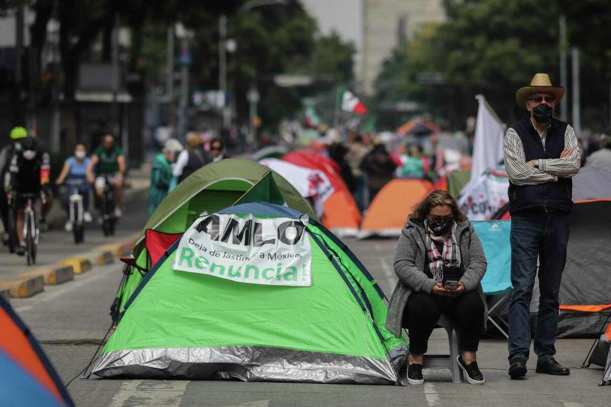 Manifestantes que exigen la renuncia del presidente mexicano Andrés Manuel López Obrador, comúnmente conocido por sus iniciales AMLO, acampan en la avenida Juárez de la Ciudad de México, el domingo 20 de septiembre de 2020.