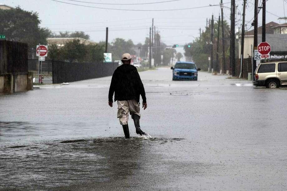 Un hombre camina a través de una calle inundada por la Tormenta Tropical Beta el lunes 21 de septiembre de 2020 en Galveston, Texas. Photo: Brett Coomer /Associated Press / © 2020 Houston Chronicle