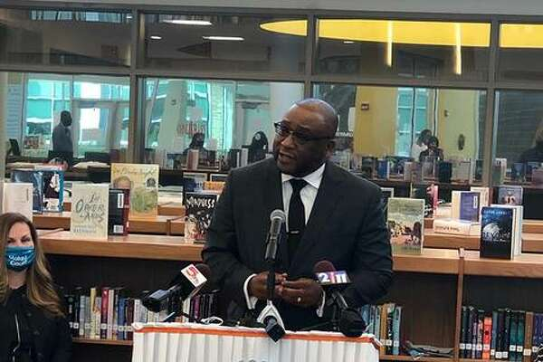 State Sen. Christopher Belt (D-Centreville) joined area lawmakers at East St. Louis Senior High School on Wednesday to urge residents from Madison and St. Clair counties to complete their census forms before the Sept. 30 deadline.