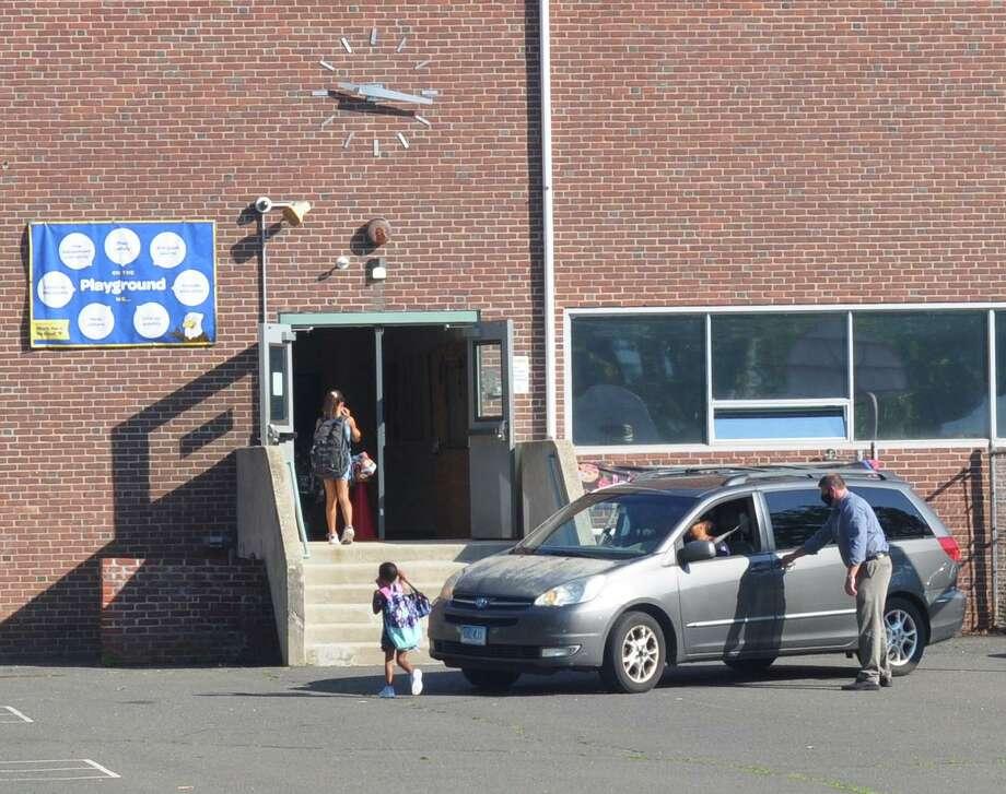 Students are dropped off behind Veterans Park School. Photo: Macklin Reid / Hearst Connecticut Media