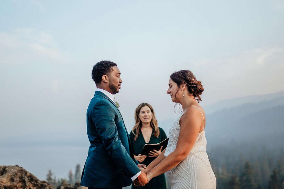 Meredith Richmond officie une cérémonie de fugue à Tahoe durant l'été 2020. Photo: Luna Munn Photography