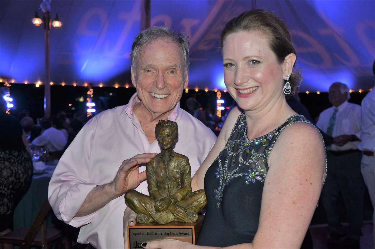 Dick Cavett with award sculptress Kimberly Munson in2017.