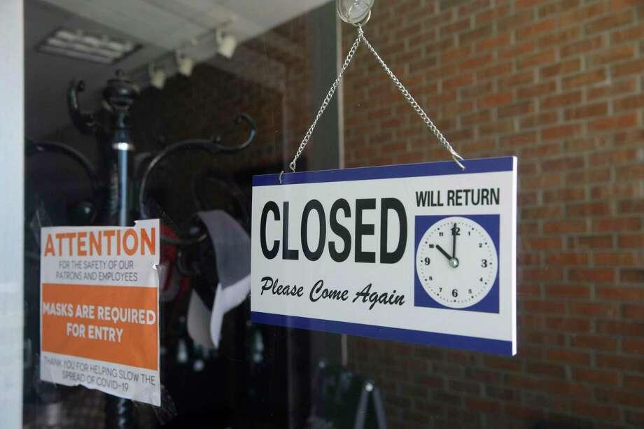 ARCHIVO — Imagen de archivo del 18 de julio de 2020, muestra un anuncio de cierre en la ventana de una peluquería en Burbank, California. Photo: Marcio José Sánchez /Associated Press / Copyright 2020 The Associated Press. All rights reserved.