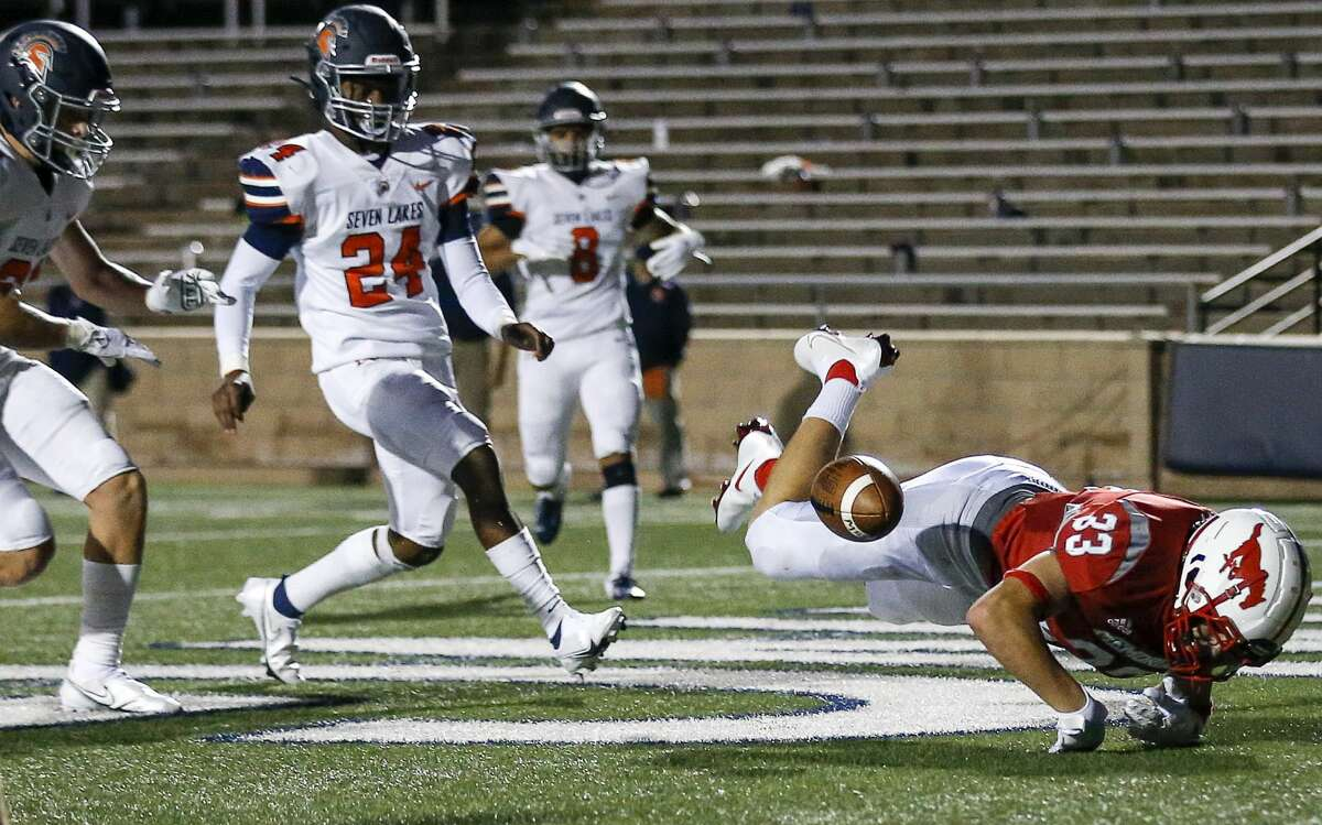 Memorial Mustangs middle linebacker Luke Sicola (33) misses a pass during the second quarter of a football game Thursday, Sept. 24 2020, at Darrell Tully Stadium in Houston.