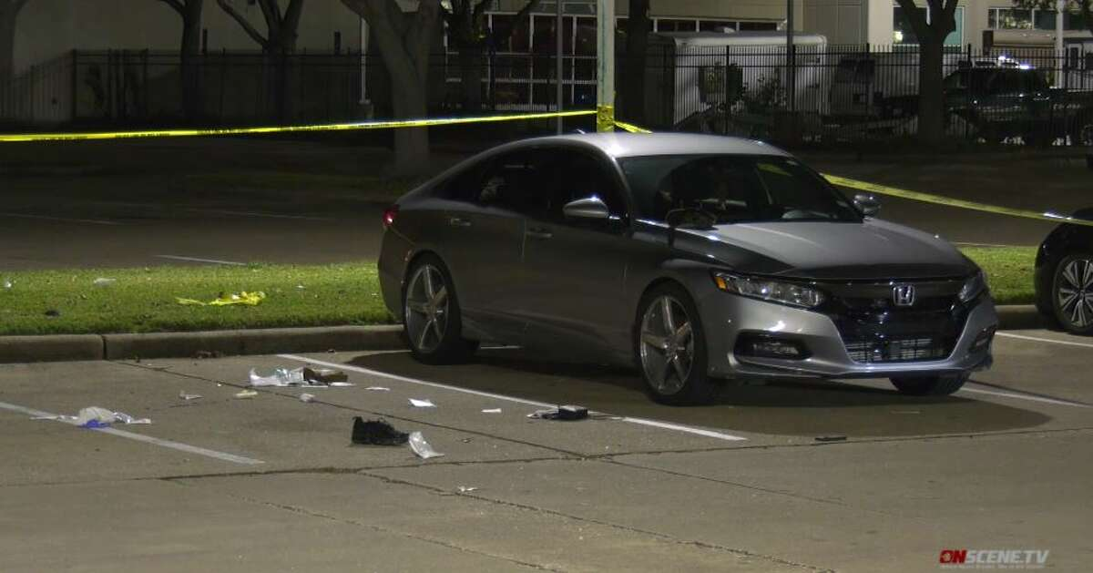 Police investigate a fatal shooting outside a restaurant in southeast Houston on Friday, Sept. 25, 2020.