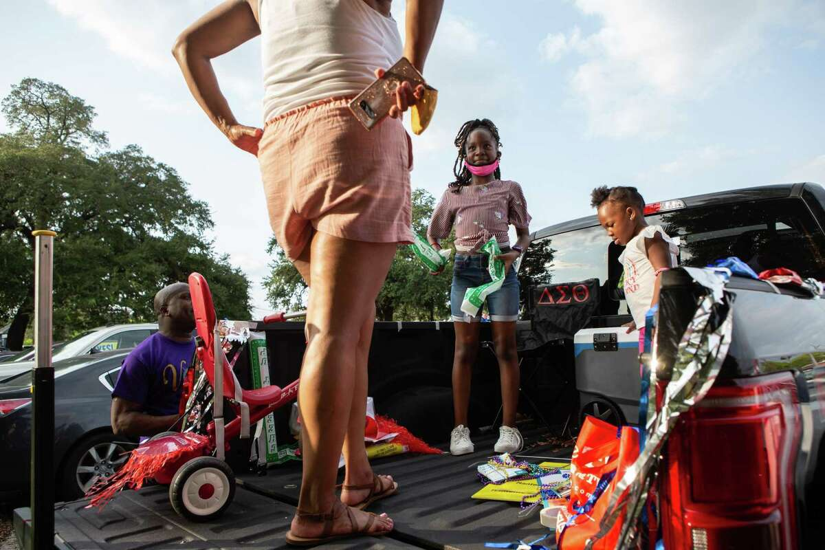 Trinity, 8, and Kai, 2, prepare for the Census Bureau vehicle parade in Third Ward on Sept. 19, 2020.