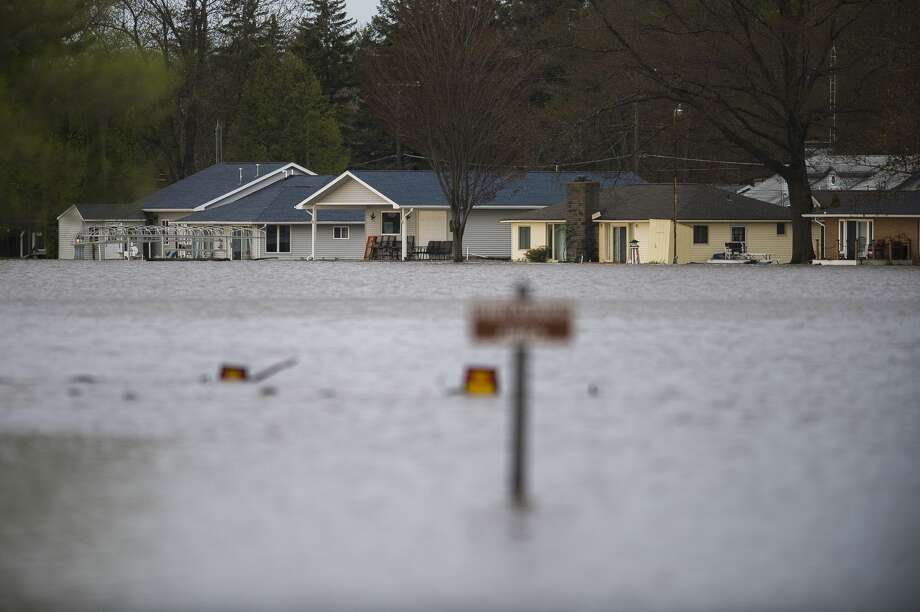 """Homes are seen along Wixom Lake Tuesday, May 19 after an evacuation order the night before for residents of Sanford and Wixom Lakes, warning of """"imminent dam failure."""" (Katy Kildee/kkildee@mdn.net) Photo: (Katy Kildee/kkildee@mdn.net)"""