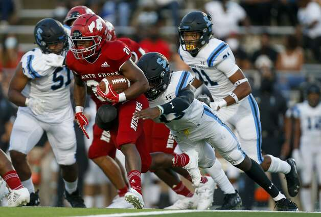 North Shore running back Daveon Ford (21) runs the ball against Shadow Creek defenders during the first half of the game at Galena Park ISD Stadium on Friday, Sept. 25, 2020, in Houston. Photo: Godofredo A Vásquez/Staff Photographer / © 2020 Houston Chronicle