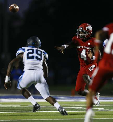 North Shore quarterback Dematrius Davis (4) throws the ball against Shadow Creek during the first half of the game at Galena Park ISD Stadium on Friday, Sept. 25, 2020, in Houston. Photo: Godofredo A Vásquez/Staff Photographer / © 2020 Houston Chronicle