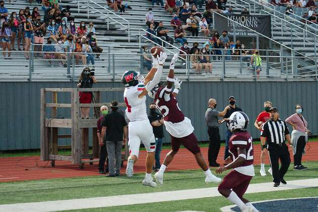 Pearland's Dane Johnson (25) breaks up a pass to The Woodland's Cade Moore Friday at The Rig. Photo: Kirk Sides/Staff Photographer / © 2020 Houston Chronicle/Kirk Sides
