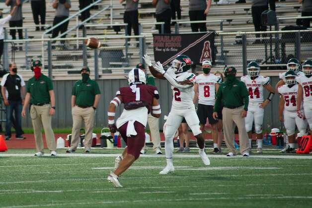 The Woodlands' Teddy Knox (2) makes a catch past Pearland's Kelekolio Linton (1) Friday at The Rig. Photo: Kirk Sides/Staff Photographer / © 2020 Houston Chronicle/Kirk Sides