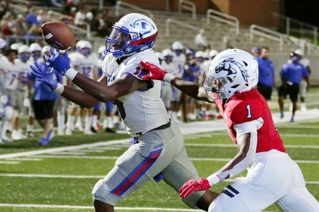 Dickinson's Donovan Green (16) pulls in a reception for a touchdown in front of Manvel's Collin Wright (1) during the first half of their scrimmage at Freedom Field Sept. 25, 2020 in Arcola, TX. Photo: Michael Wyke/Contributor / © 2020 Houston Chronicle