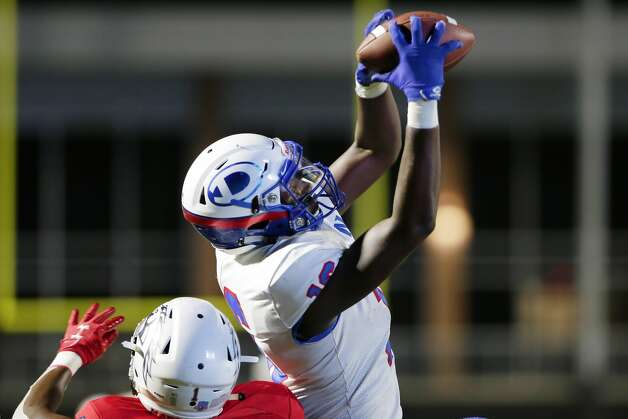 Dickinson's Donovan Green(16) pulls in a reception during the first half of their scrimmage against Manvel at Freedom Field Sept. 25, 2020 in Arcola, TX. Photo: Michael Wyke/Contributor / © 2020 Houston Chronicle