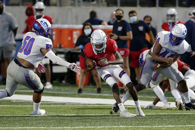Manvel quarterback Kyler Williams (9) goes for a hole between Dickinson players during the first half of their scrimmage at Freedom Field Sept. 25, 2020 in Arcola, TX. Photo: Michael Wyke/Contributor / © 2020 Houston Chronicle