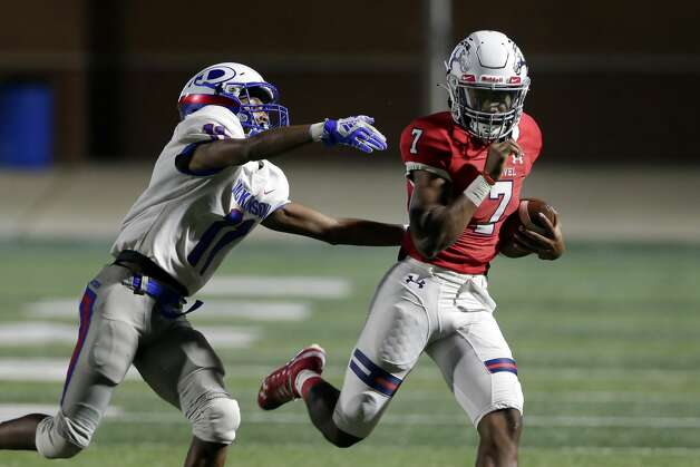 A Dickinson player reaches for Manvel quarterback Donavan Semien (7) during the first half of their scrimmage at Freedom Field Sept. 25, 2020 in Arcola, TX. Photo: Michael Wyke/Contributor / © 2020 Houston Chronicle
