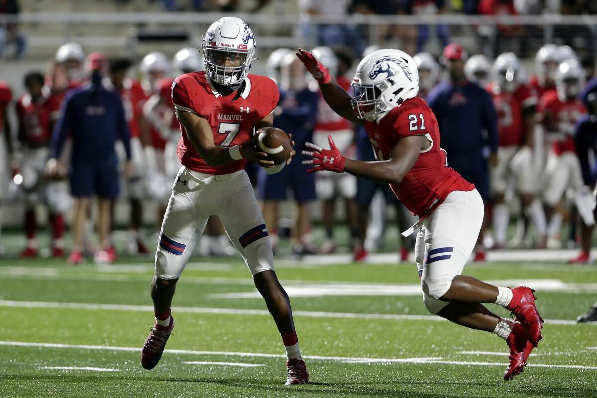 Manvel's Donavan Semien (7) hands off to De'monte' Seymore (21) for a touchdown run during the first half of their scrimmage against Dickinson at Freedom Field Sept. 25, 2020 in Arcola, TX.