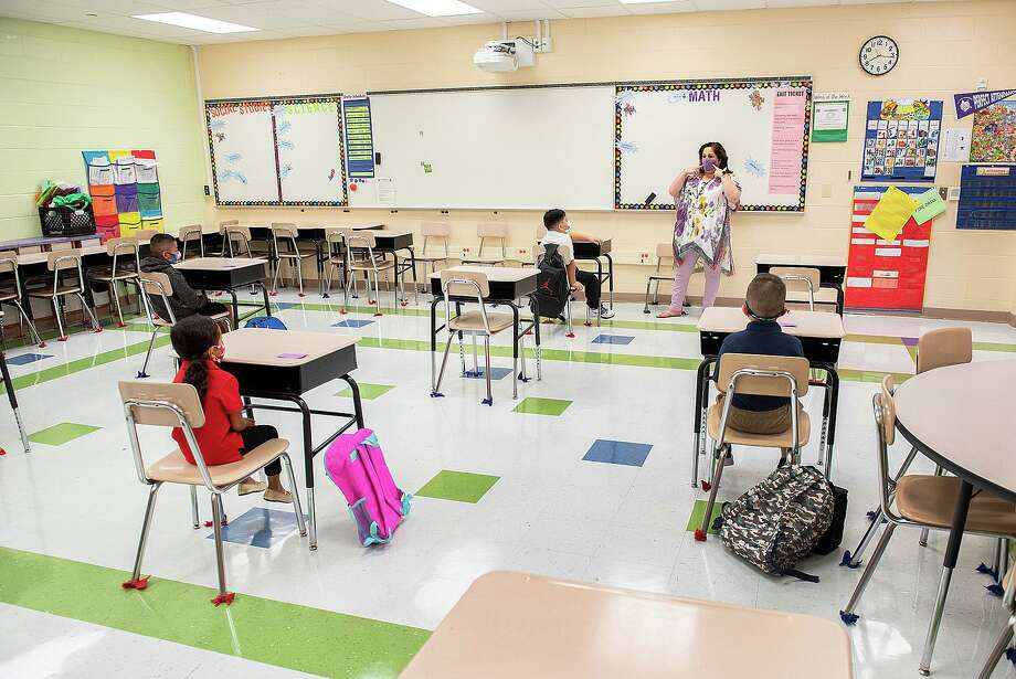 M.S. Ryan Elementary School Counselor Judith Puig discusses COVID safety with students, Aug. 24, 2020, during the first day back to school for some students during the COVID-19 Coronavirus pandemix. Photo: Danny Zaragoza, Staff Photographer / Laredo Morning Times