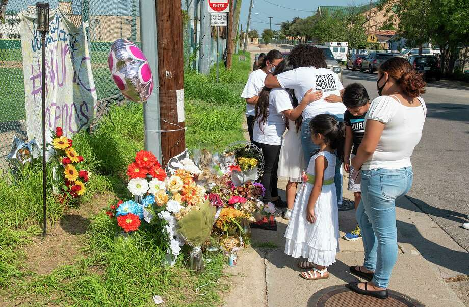 Family, friends and supporters of the #justiceforgracy hashtag mourn the loss of Gracy Epinoza, Saturday, Sep. 26, 2020, as they gather at Ochoa Park for a vigil. Photo: Danny Zaragoza, Staff Photographer / Laredo Morning Times