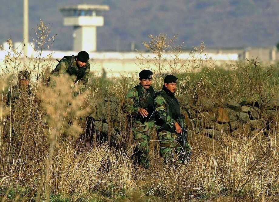 En esta imagen del 28 de enero de 2005, elementos del ejército mexicano inspeccionan los alrededores de la prisión de máxima seguridad de Puente Grande, a las afueras de la ciudad de Guadalajara, México. Photo: Guillermo Arias /Associated Press / AP2005