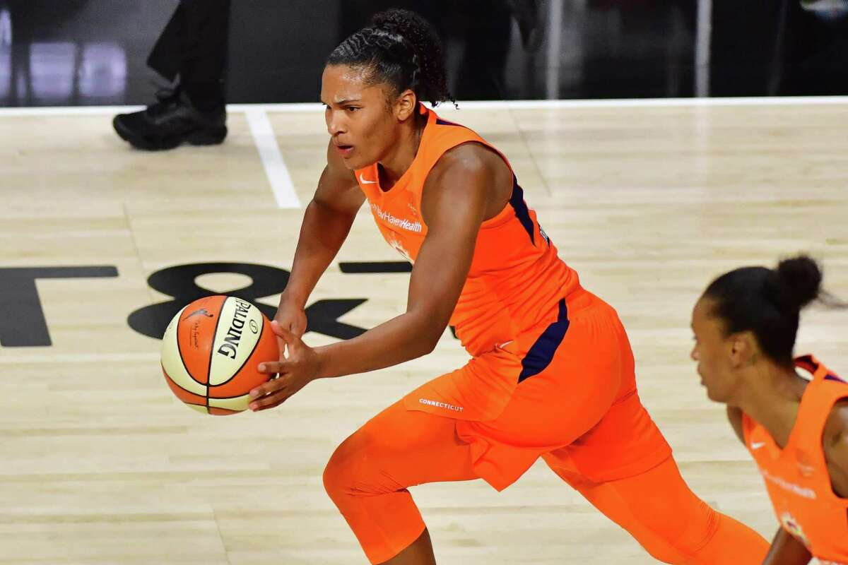 PALMETTO, FLORIDA - SEPTEMBER 29: Alyssa Thomas #25 of the Connecticut Sun dribbles up court after striping the ball from A'ja Wilson #22 of the Las Vegas Aces during the first half of Game Five of their Third Round playoff at Feld Entertainment Center on September 29, 2020 in Palmetto, Florida. NOTE TO USER: User expressly acknowledges and agrees that, by downloading and or using this photograph, User is consenting to the terms and conditions of the Getty Images License Agreement. (Photo by Julio Aguilar/Getty Images)