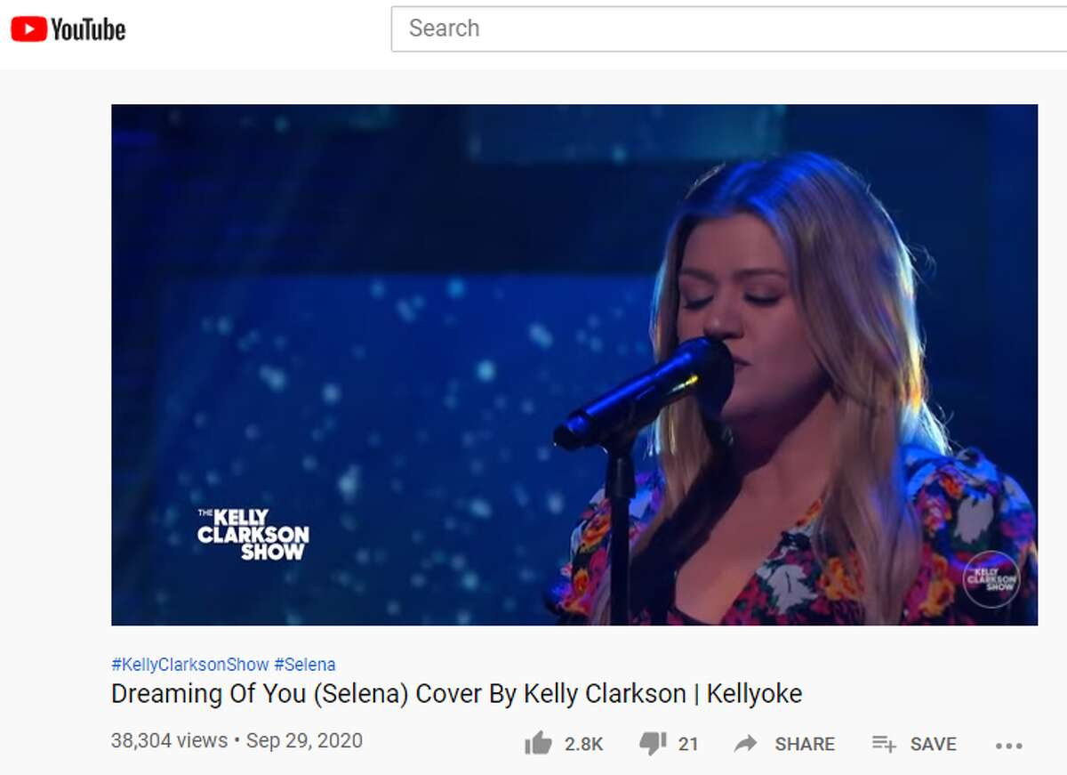 Singer and daytime TV host Kelly Clarkson paid tribute to fellow Texas songstress Selena this week on her show at the request of a San Antonio fan.