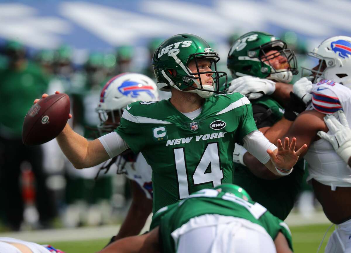 ORCHARD PARK, NY - SEPTEMBER 13: Sam Darnold #14 of the New York Jets throws a pass during the first quarter against the Buffalo Bills at Bills Stadium on September 13, 2020 in Orchard Park, New York. (Photo by Timothy T Ludwig/Getty Images)