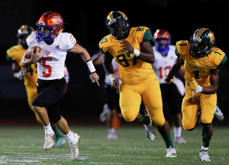 Grand Oaks running back Sean Zver (5) runs for a 65-yard touchdown during the second quarter of a non-district high school football game at Klein Memorial Staidum, Thursday, Oct. 1, 2020, in Spring. Photo: Jason Fochtman, Houston Chronicle / Staff Photographer / 2020 © Houston Chronicle
