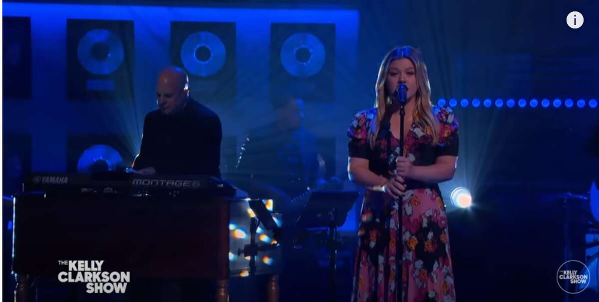 Texas native Kelly Clarkson recently gave a beautiful tribute to the late
