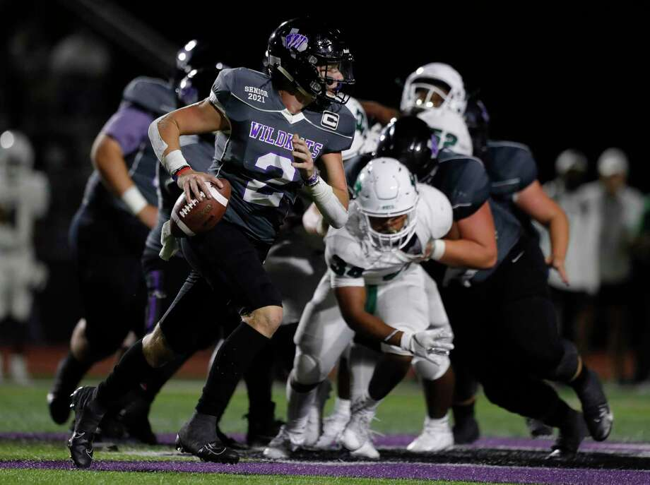 Willis quarterback Steele Bardwell (2) runs under pressure during the third quarter of a non-district high school football game at Berton A. Yates Stadium, Friday, Oct. 2, 2020, in Willis. Photo: Jason Fochtman, Houston Chronicle / Staff Photographer / 2020 © Houston Chronicle