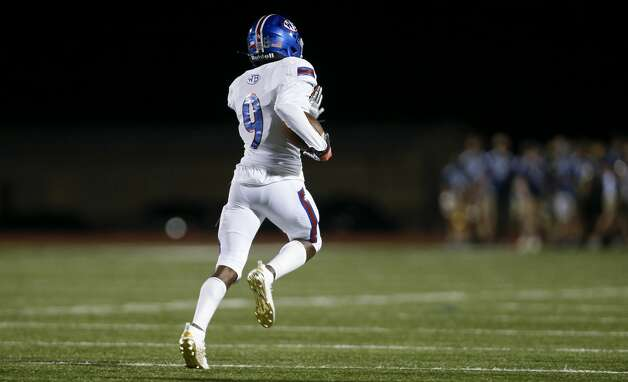 West Brook safety Bradley Koba (9) returns a blocked field goal for a touchdown against Tomball Memorial during the first half of the game at Tomball ISD Stadium Friday, Oct. 2, 2020, in Tomball, Texas. Photo: Godofredo A Vásquez/Staff Photographer / © 2020 Houston Chronicle