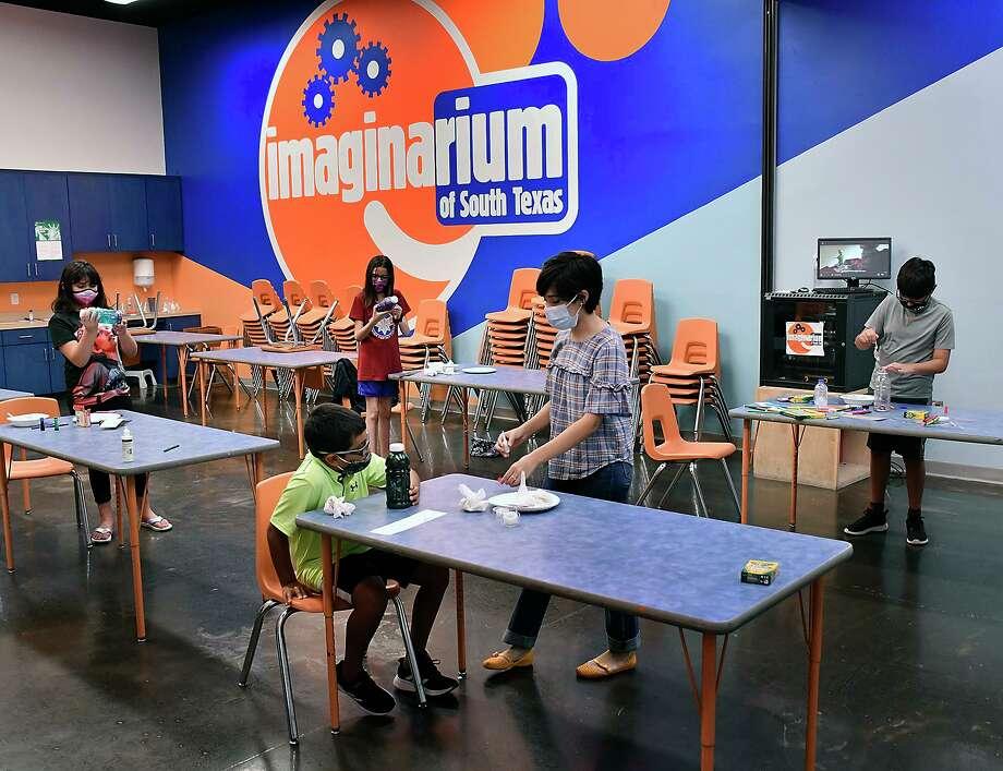 Ashley Boubel trabaja con un grupo de estudiantes en el Imaginarium of South Texas en el Mall del Norte el 24 de junio de 2020. Photo: Cuate Santos /Laredo Morning Times / Laredo Morning Times
