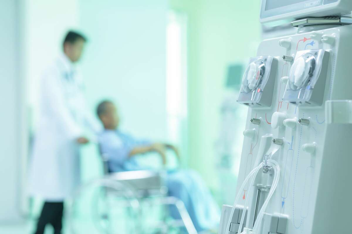 Dialysis machines with tubing and installations.
