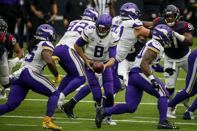 Minnesota Vikings quarterback Kirk Cousins (8) hands the ball to running back Alexander Mattison (25) during the fourth quarter of an NFL game on Sunday, Oct. 4 2020, at NRG Stadium in Houston. Photo: Jon Shapley/Staff Photographer / © 2020 Houston Chronicle