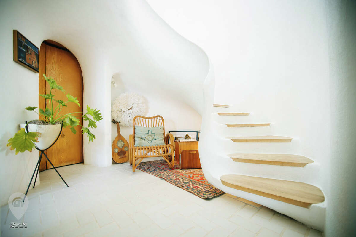 Yes, if only the curvilinear, sculptural walls of this home called