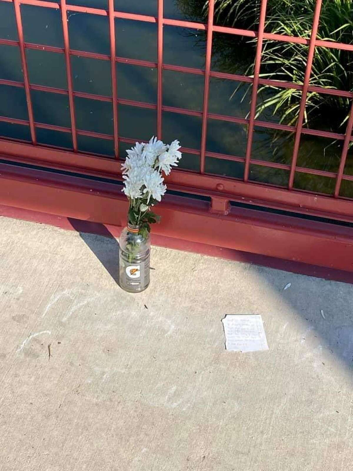 San Antonio's love-on-the-run romance has an update: a new note and flowers in a Gatorade bottle.