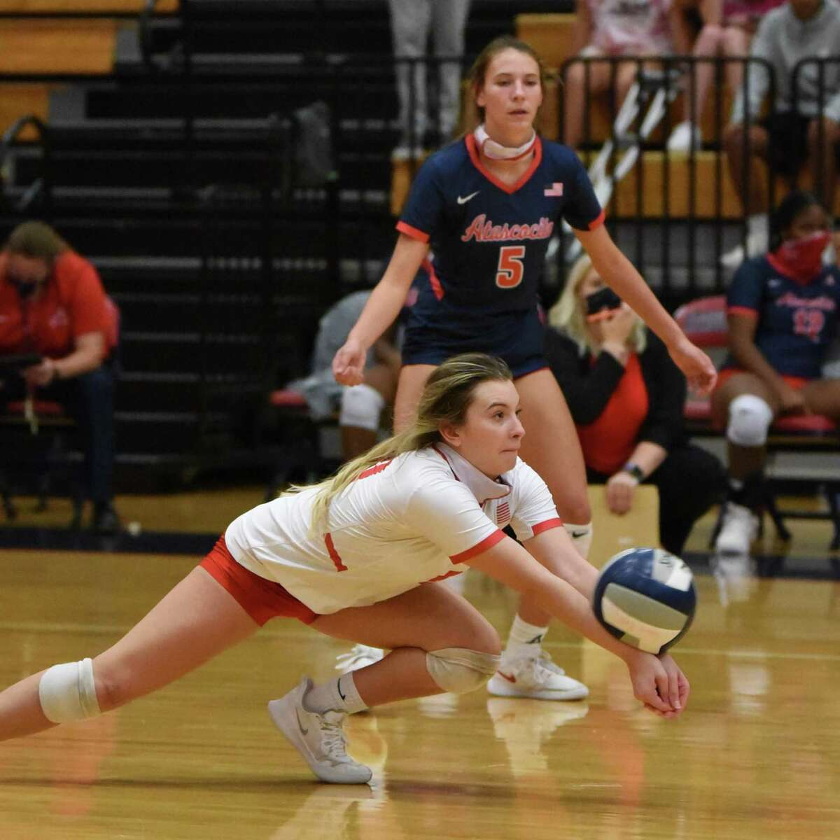 Atascocita libero Kayden Tanner goes for a dig to set up the Lady Eagles offense in a District 21-6A match against Summer Creek.