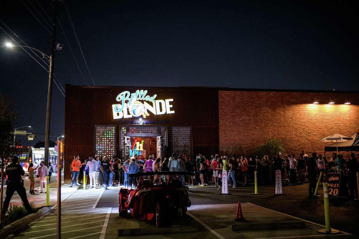 Blonde 3 Ekim 2020 Cumartesi Washington Ave.'de şişelenmiş.